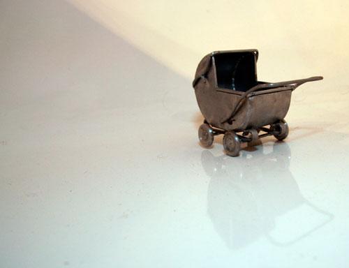 Miniatuur metalen engelse kinderwagen